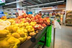 Hanoi, Vietnam - 10 luglio 2017: Verdure organiche sullo scaffale nel supermercato di Vinmart, via di Minh Khai Fotografia Stock