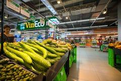 Hanoi, Vietnam - 10 luglio 2017: Verdure organiche sullo scaffale nel supermercato di Vinmart, via di Minh Khai Immagini Stock