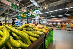 Hanoi, Vietnam - 10 luglio 2017: Verdure organiche sullo scaffale nel supermercato di Vinmart, via di Minh Khai Immagini Stock Libere da Diritti