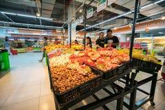 Hanoi, Vietnam - 10 luglio 2017: Verdure organiche sullo scaffale nel supermercato di Vinmart, via di Minh Khai Immagine Stock