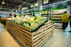Hanoi, Vietnam - 10 luglio 2017: Verdure organiche sullo scaffale nel supermercato di Vinmart, via di Minh Khai Verdura di marca  Immagini Stock Libere da Diritti
