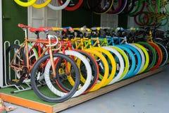 Hanoi, Vietnam - 15. März 2015: Bunte Fahrräder für Verkauf im Speicher in Straße XA Dan, Hanoi Stockfoto
