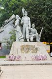 Hanoi, Vietnam - 15. März 2015: Siegmonument auf Dinh Tien Hoang-Straße, Bezirk Hoan Kiem Einige Blumen sind auf dem Fuß von Mont Stockbild