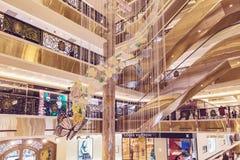HANOI, VIETNAM - MAART 08, 2017 Het binnenland van een luxewinkelcomplex Trang Tien Plaza Royalty-vrije Stock Foto's