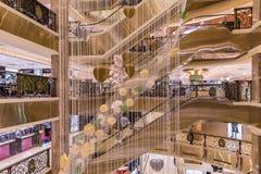 HANOI, VIETNAM - MAART 08, 2017 Het binnenland van een luxewinkelcomplex Trang Tien Plaza Royalty-vrije Stock Foto