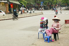 HANOI, VIETNAM - MAGGIO 2014: donna del venditore ambulante Fotografia Stock Libera da Diritti
