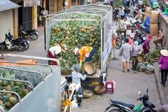 HANOI, VIETNAM - 24. MAI 2017: Vietnamesische Arbeitskräfte, die truc auspacken Lizenzfreie Stockfotografie