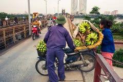 HANOI, VIETNAM - 24. MAI 2017: Vietnamesisches Bananenverkäuferhereinkommen Lizenzfreies Stockbild