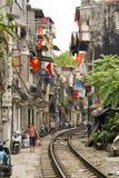 HANOI, VIETNAM - MAI 2014: Zug, der durch Elendsviertel überschreitet Stockfoto