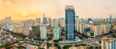 Hanoi Vietnam - 01 Maj, 2015: Byggnaden är under konstruktion på solnedgången Royaltyfria Bilder