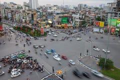 Hanoi Vietnam - Maj 15, 2016: Flyg- horisontsikt av Hanoi cityscape vid skymningperiod på genomskärningsTon Duc Thang st - Nguyen arkivfoton