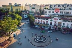 Hanoi Vietnam - 09 Maj, 2014: Folket går i gatan i solig eftermiddagdag på Hoan Kiem sjön Royaltyfri Fotografi