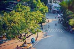 Hanoi Vietnam - 09 Maj, 2014: Folket går i gatan i solig eftermiddagdag på Hoan Kiem sjön Arkivfoton