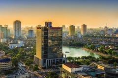 Hanoi Vietnam - 21 Maj, 2014: Folket går i gatan på solnedgången efter arbetsdagen Arkivbild