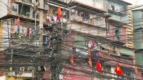 HANOI VIETNAM - MAJ 2014: Slumkvarter med smutsiga elektriska kablar Arkivbild