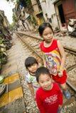HANOI VIETNAM - MAJ 2014: ungar på järnväg slumkvarter Arkivbild