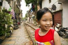 HANOI VIETNAM - MAJ 2014: ungar på järnväg slumkvarter Arkivbilder