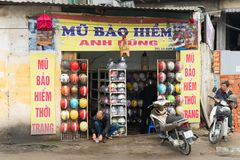 Hanoi Vietnam - Mars 15, 2015: Den yttre fasadsikten av en motorcykelhjälm shoppar i den Chua Boc gatan, Hanoi Hjälmen för fattig Royaltyfri Bild