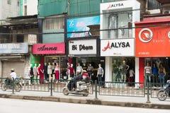 Hanoi Vietnam - Mars 15, 2015: Den yttre främre sikten av litet mode shoppar på den Chua Boc gatan Arkivbilder