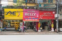 Hanoi Vietnam - Mars 15, 2015: Den yttre sikten av litet mode shoppar på den Chua Boc gatan Det finns mycket märkes- kläder, imit Royaltyfria Foton