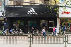 Hanoi Vietnam - Mars 15, 2015: Den yttre sikten av litet mode shoppar på den Chua Boc gatan Det finns mycket märkes- kläder, imit Arkivfoton