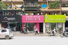 Hanoi Vietnam - Mars 15, 2015: Den yttre sikten av litet mode shoppar på den Chua Boc gatan Det finns mycket märkes- kläder, imit Royaltyfri Bild