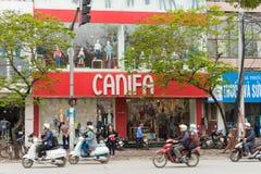 Hanoi Vietnam - Mars 15, 2015: Den yttre sikten av litet mode shoppar på den Chua Boc gatan Det finns mycket märkes- kläder, imit Arkivbilder