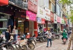 Hanoi Vietnam - Mars 15, 2015: Den yttre sikten av litet mode shoppar på den Chua Boc gatan Det finns mycket märkes- kläder, imit Royaltyfri Foto