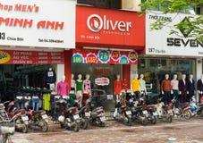 Hanoi Vietnam - Mars 15, 2015: Den yttre sikten av litet mode shoppar på den Chua Boc gatan Det finns mycket märkes- kläder, imit Royaltyfri Fotografi
