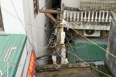 Hanoi Vietnam - Mars 15, 2015: Elektriska trådkorshus i Hanoi, Vietnam Stora samlingar av elektriska trådar är en allmänning sitt Royaltyfri Bild