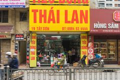 Hanoi Vietnam - Mars 15, 2015: En gjorda Thailand konsumerar shoppar på den Tay Son gatan Royaltyfri Fotografi