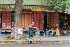Hanoi Vietnam - Mars 15, 2015: Främre sikt av en Sim kort- och tidningsstall på Ly som är thailändsk till gatan, nära Hoan Kiem s Arkivbild