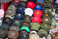 Hanoi Vietnam Mars 12:: Souvenir shoppar på den en pelarpagodnollan Arkivfoton