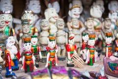 Hanoi Vietnam Mars 12:: Souvenir shoppar på den en pelarpagodnollan Royaltyfria Foton