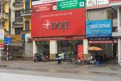 Hanoi Vietnam - Mars 15, 2015: Yttre främre sikt av Doji guld- n ädelstenar grupp, Dong Da filial i gata för Xa Dan Doji är en av Royaltyfri Foto
