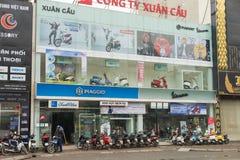 Hanoi Vietnam - Mars 15, 2015: Yttre främre sikt av ett Piaggio Vietnam lager i gatan för Xa Dan, Hanoi Piaggio är lyxig motorcyc Arkivfoton