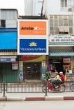 Hanoi Vietnam - Mars 15, 2015: Yttre sikt av den vietnamesiska flygbolagbiljettbyrån i den Nguyen Luong Bang gatan Vietnam Airlin Fotografering för Bildbyråer