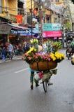 HANOI VIETNAM marsch 01: Upptagen trafik i den gamla fjärdedelen 2015 i Hanoi Fotografering för Bildbyråer