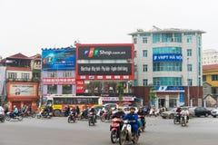 Hanoi, Vietnam - 15 marzo 2015: Traffico della via di Hanoi all'intersezione XA Dan - la via di Tay Son - di Ton Duc Thang Molti  Fotografia Stock Libera da Diritti