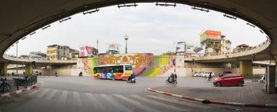 Hanoi, Vietnam - 13 marzo 2016: Vista di panorama del passaggio del ponte di Chuong Duong e della via di Tran Nhat Duat Fotografie Stock