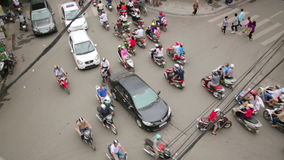 HANOI, VIETNAM - MAYO DE 2014: tráficos locos de la moto