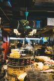 Hanoi, Vietnam - Mei 24, 2019: Ð ¡ de ooking soep van phobo in de Vietnamese markt stock foto
