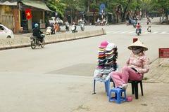 HANOI, VIETNAM - MEI 2014: de vrouw van de straatverkoper Royalty-vrije Stock Fotografie