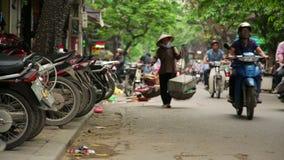 HANOI, VIETNAM - MEI 2014: het dagelijkse leven op straat stock footage