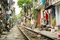 HANOI, VIETNAM - MEI 2014: trein die door krottenwijken overgaan Royalty-vrije Stock Afbeelding