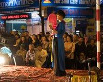 Hanoi, Vietnam - 2 Nov., 2014: De danser met rode ventilator en oude traditionele kleren voert oude dans van volksmuziek en lied  Royalty-vrije Stock Fotografie