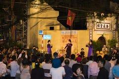 Hanoi, Vietnam - 2 Nov., 2014: De toerist let op een vrije show van oud volksmuziek en lied op Ma Mei straat, oud kwart van Hanoi Royalty-vrije Stock Afbeeldingen