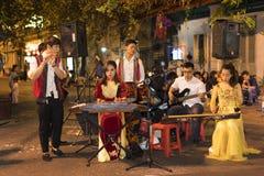 Hanoi, Vietnam - 2 Nov., 2014: De Vietnamese traditionele volksband voert op Ma Mei-straat uit bij nacht, oud kwart van Hanoi Stock Afbeelding
