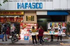 Hanoi, Vietnam - 16. November 2014: Außenansicht von Buchladen in Dinh Liet-Straße Der Verkauf auf Bürgersteig ist in Hanoi, Viet Lizenzfreie Stockbilder