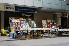 Hanoi, Vietnam - 16. November 2014: Außenansicht von Buchladen in Dinh Liet-Straße Der Verkauf auf Bürgersteig ist in Hanoi, Viet Lizenzfreies Stockbild